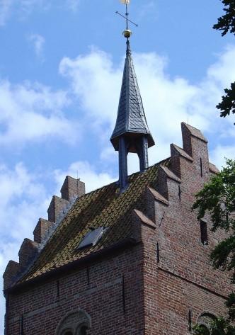 800px-Zadeldaktoren_van_de_Magnuskerk_van_Anloo